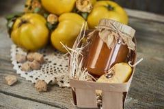 瓶子在篮子的与叶子的果酱和柑橘在木土气ba 图库摄影