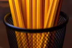 瓶子在黑金属容器的黄色铅笔 免版税库存照片