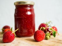 瓶子家庭做的草莓酱 免版税图库摄影