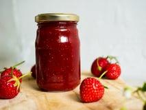 瓶子家庭做的草莓酱 图库摄影