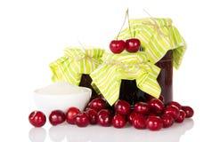 瓶子果酱和小山甜樱桃 库存照片