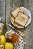 瓶子果酱用三明治和柑橘与叶子在木rusti 免版税库存图片