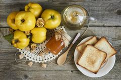 瓶子果酱用三明治和柑橘与叶子在木rusti 免版税图库摄影