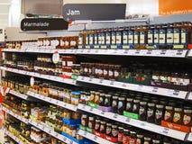 瓶子果冻或果酱在大型商场架子。 免版税库存图片