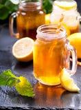 瓶子柠檬冰茶 库存图片