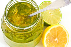 瓶子橘子果酱用柠檬和石灰 库存图片