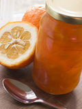 瓶子橘子果酱 免版税库存照片