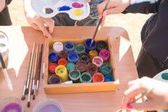 瓶子油漆在桌上 免版税库存照片