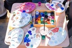 瓶子油漆在桌上 免版税图库摄影