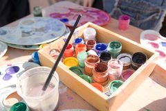 瓶子油漆在桌上 库存照片