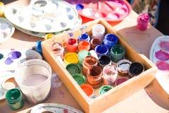 瓶子油漆在桌上 库存图片
