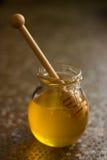 瓶子甜蜂蜜 库存照片