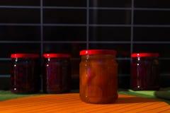 瓶子用在桌上的果酱 免版税库存图片