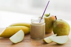 瓶子用果子纯汁浓汤或婴儿食品 免版税图库摄影
