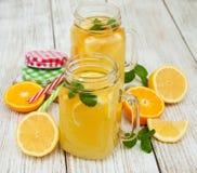 瓶子用柠檬水 图库摄影