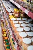 瓶子用腌汁和咸菜在俄国食品店 免版税库存照片