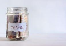 瓶子用英国硬币和钞票填装了 免版税库存图片