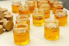 瓶子用蜂蜜 库存图片