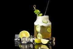 瓶子的特写镜头图象有用石灰装饰的黄瓜鸡尾酒的 免版税库存图片