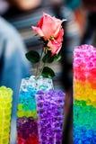 瓶子的罗斯有五颜六色的水球的 免版税库存照片
