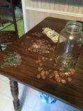 从瓶子的金钱 库存照片