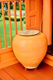 瓶子罐在泰国房子里 免版税库存图片