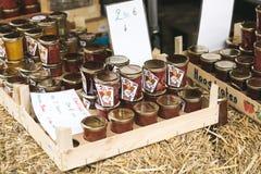 瓶子自创果酱在街道食物市场上在梅赫伦 图库摄影