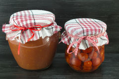 瓶子自创番茄酱和西红柿 库存图片