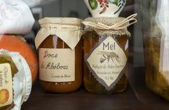 瓶子自然葡萄牙蜂蜜和甜南瓜/doce de abobora在阿尔加威,葡萄牙 图库摄影