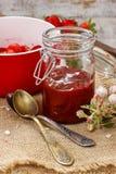瓶子草莓酱 库存照片