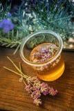 瓶子蜂蜜用淡紫色 免版税库存图片