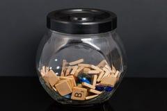 瓶子词瓦片充分把大理石和五颜六色的石头切成小方块 图库摄影