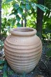 瓶子黏土在庭院里 免版税库存图片