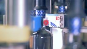瓶得到在传动机的特别标签 股票视频