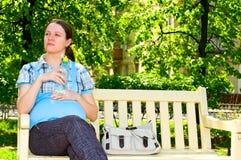 瓶怀孕的水妇女 免版税库存图片