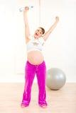 瓶怀孕的运动装水妇女 图库摄影