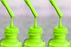 瓶指甲盖的亮漆 妇女` s丙烯酸漆,钉子的胶凝体油漆 指甲盖的紫胶混杂的颜色 库存图片