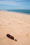 瓶是垃圾在海滩 库存图片