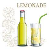 瓶柠檬水和一块玻璃在剪影的背景 免版税库存图片