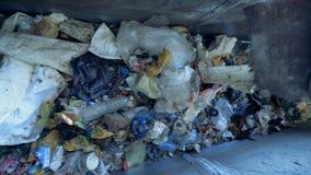 瓶概念塑料回收绳索附加的麻线水 工作者使用干草叉从移动的传动机去除纸板片断 4K 股票视频