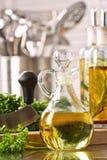 瓶橄榄油和新鲜的荷兰芹 图库摄影