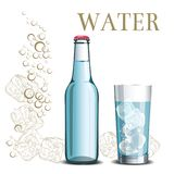 瓶水和一块玻璃在剪影冰背景和 库存照片