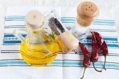 瓶油、香料和辣椒 库存照片