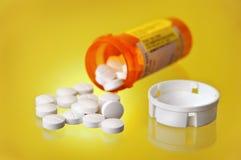 瓶治疗橙色药片规定溢出了 免版税库存照片