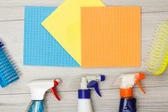 瓶洗涤剂、颜色microfiber餐巾和综合性刷子清洗的 免版税库存图片