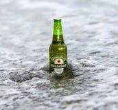瓶海涅肯在海洋的储藏啤酒 海涅肯储藏啤酒是荷兰酿造的公司生产的一个苍白储藏啤酒Heineke 免版税库存照片