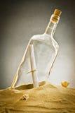 瓶消息沙子 免版税图库摄影