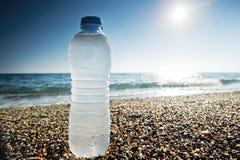 瓶淡水在沙子 库存图片