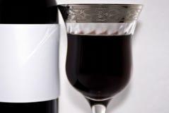 瓶特写镜头花梢玻璃红葡萄酒 库存图片