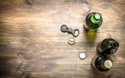 瓶用新鲜的啤酒、开启者和停止者 图库摄影